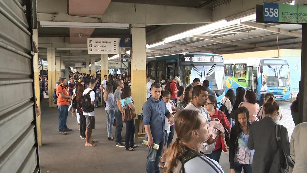 Terminal de Vila Velha, na manhã desta segunda-feira (23) (Foto: Roberto Pratti/ TV Gazeta)