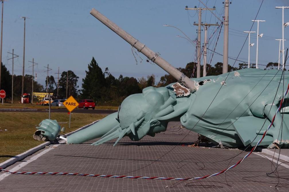 Poste atravessou a parte de trás da estátua. — Foto: Lauro Alves/Agência RBS