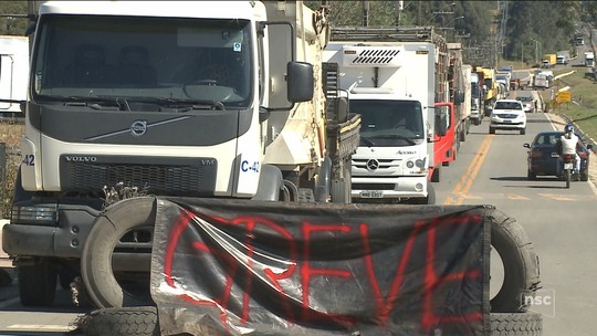 Greve dos caminhoneiros chega ao 4º dia em SC com reflexos na saúde, educação e abastecimento de alimentos