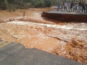 Seis mil pessoas ficam isoladas após rompimento de estrada no Piauí  (Foto: Viviane Lima/ Blog do Evangelista)