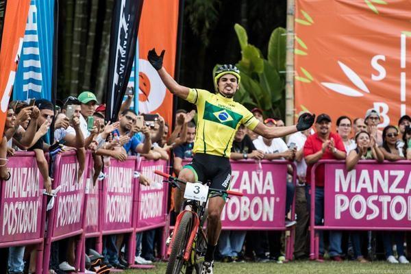Luiz Henrique Cocuzzi cruza a linha de chegada em primeiro lugar no Pan-Americano de Mountain Bike