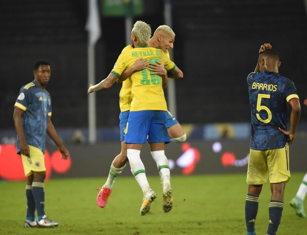 Neymar e Richarlison, que tinha sido substituído, vibram depois do apito final. Seleção virou o jogo contra a Colômbia — Foto: André Durão