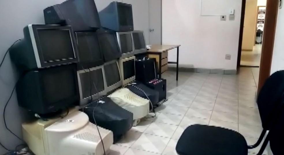 Computadores apreendidos durante operação da Corregedoria de SP em São Carlos e região (Foto: Reprodução/EPTV)