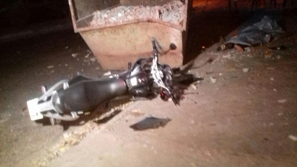 Motociclista bateu em container cheio de entulho (Foto: Élder Silva/AF Notícia)