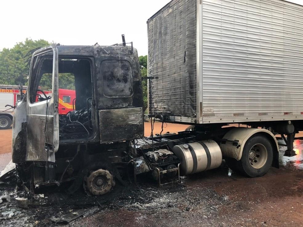 Cabine de caminhão pegou fogo na região sul do estado — Foto: PRF/Divulgação