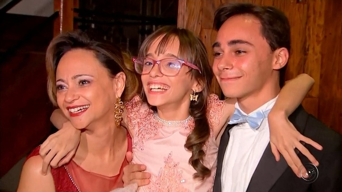 Jovem com hidrocefalia realiza sonho de ter festa de debutante