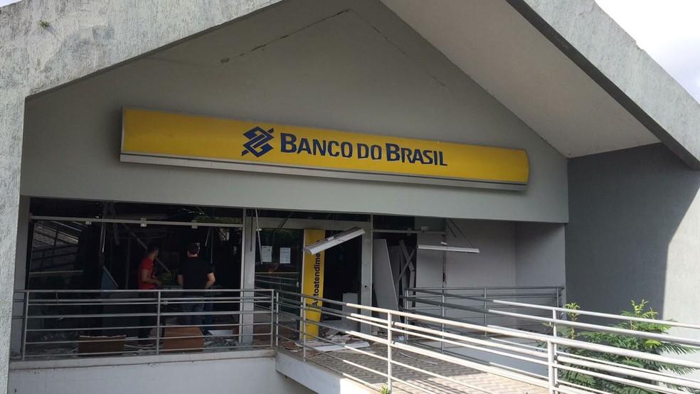 Criminosos explodiram banco no Centro de Correntes na madrugada desta sexta-feira (9) (Foto: Diogo Franco/TV Asa Branca)