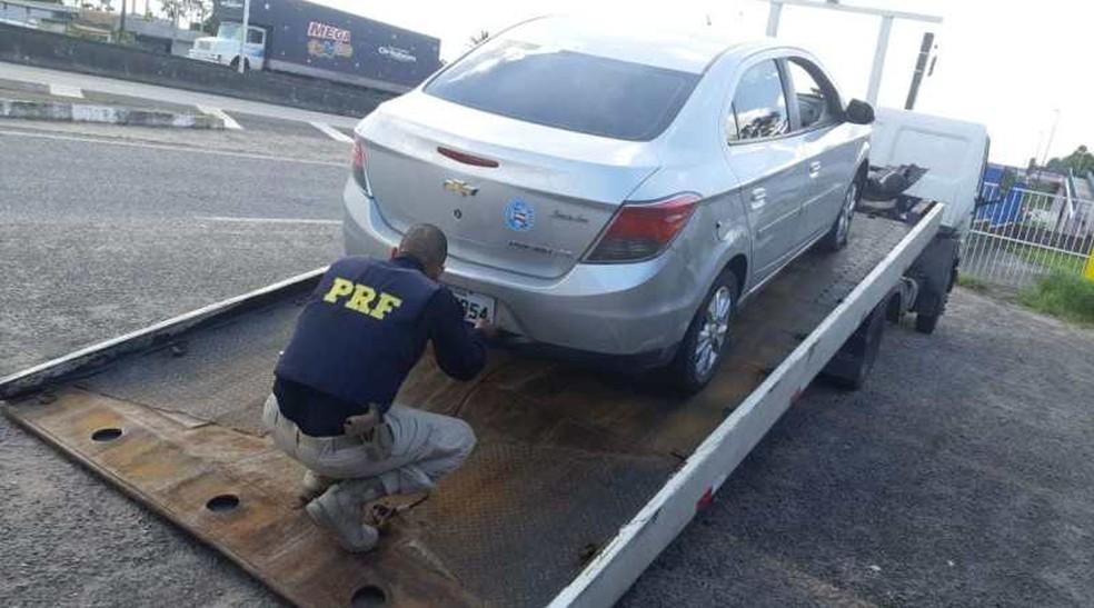 Carro roubado foi apreendido após homem abastecer veículo e sair de posto sem pagar — Foto: PRF/ Divulgação