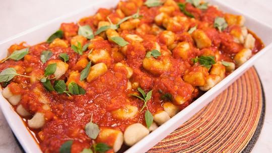 Receita saudável: nhoque de batata doce com molho de tomate e melancia