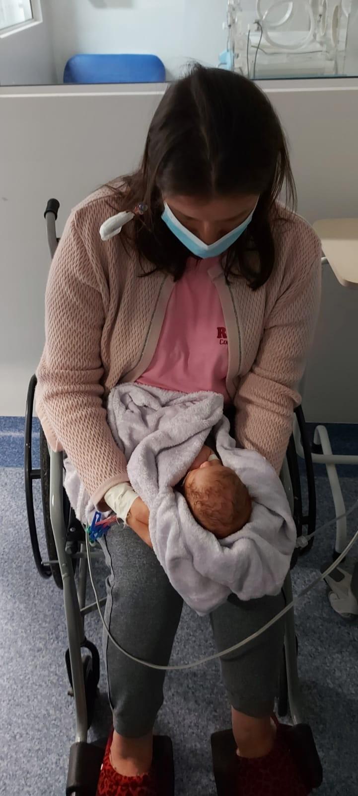 Mãe que conheceu por videochamada filho recém-nascido em SC segura bebê no colo pela 1ª vez; VÍDEO