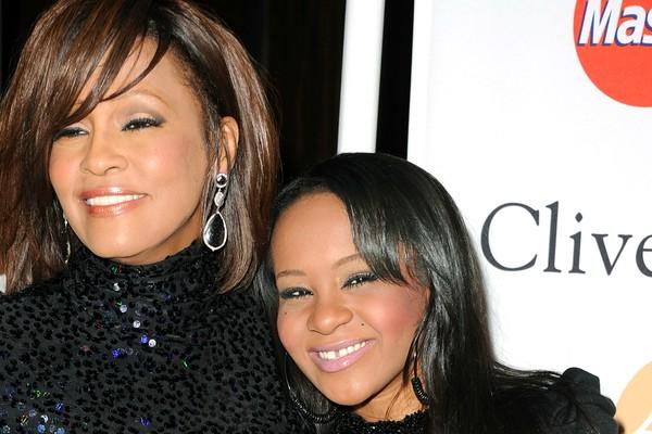 Whitney Houston e Bobbi Kristina Brown em fevereiro de 2011, um ano antes da morte de Whitney. (Foto: Getty Images)