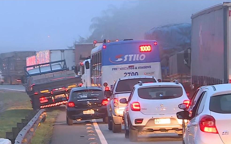 Protesto de caminhoneiros causa congestionamento em Minas (Foto: Reprodução/TV Globo)