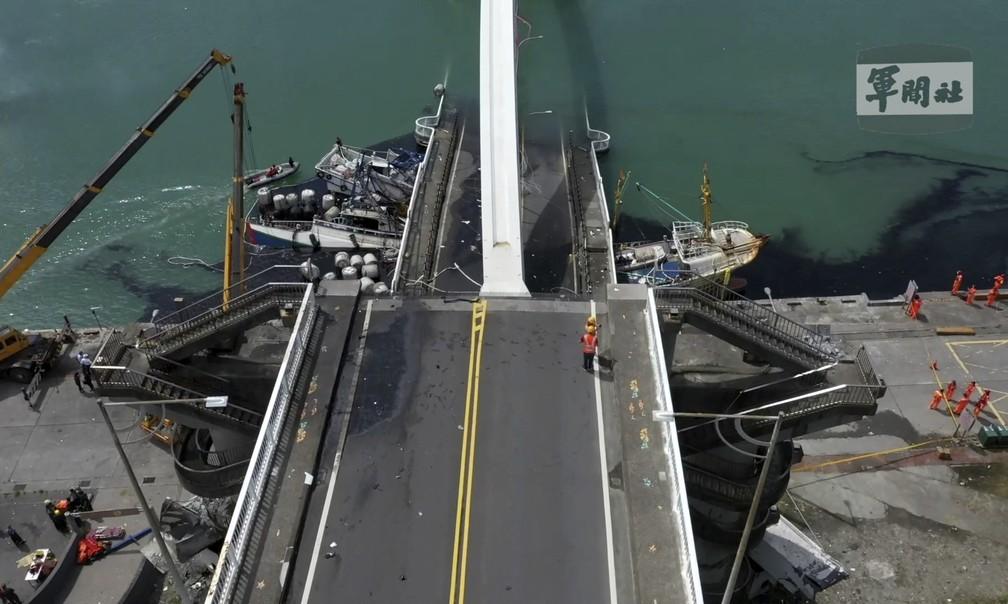 Foto mostra a ponte Nanfangao, na cidade de mesmo nome, caída dentro da água nesta terça-feira (1º), em Taiwan. — Foto: Taiwan's Military News Agency via AP