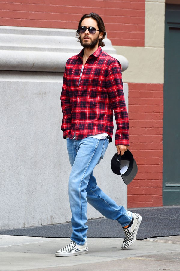 New York, NY - Manhattan, NY - Actor and Thirty Seconds to Mars frontman, Jared Leto, is seen walking around Manhattan this Friday morning. The 44-year old heartthrob looks casual, yet trendy in a bright red flannel shirt paired with medium wash denim jea (Foto: JosiahW / AKM-GSI)