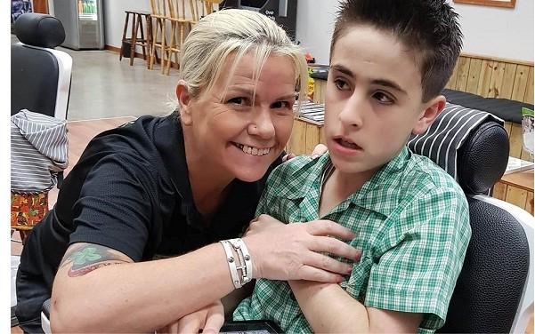 Criança autista corta cabelo (Foto: Reprodução/CNN)