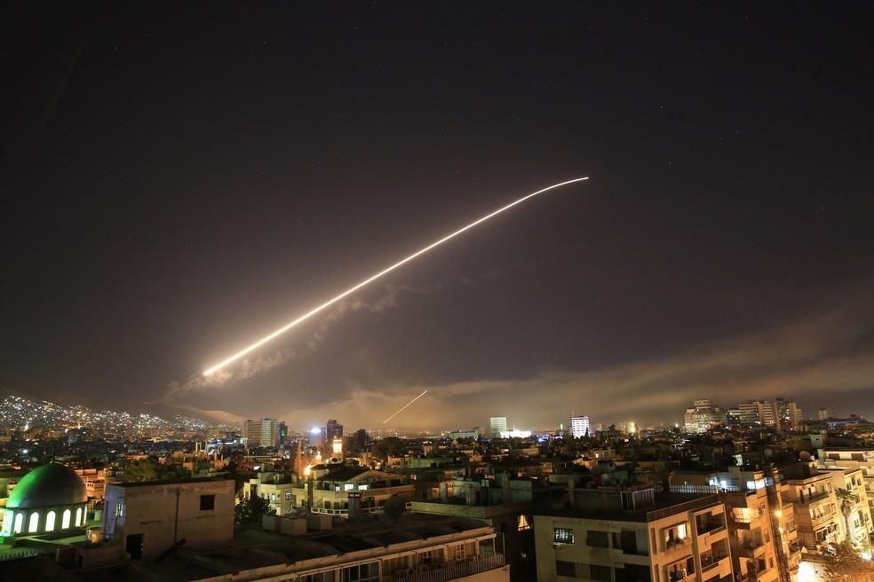 Céu de Damasco se ilumina durante ofensiva dos EUA na Síria nas primeiras horas do dia 14 de abril (Foto: AP Photo/Hassan Ammar)