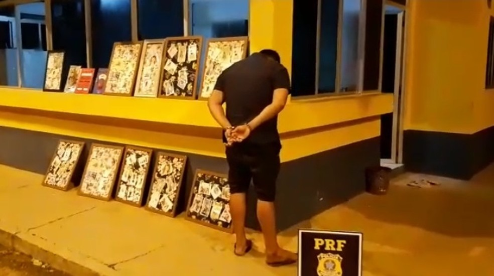Boliviano é preso com 16 quilos de cloridrato de cocaína em livros e obras de arte em estrada do Acre — Foto: Divulgação/PRF-AC
