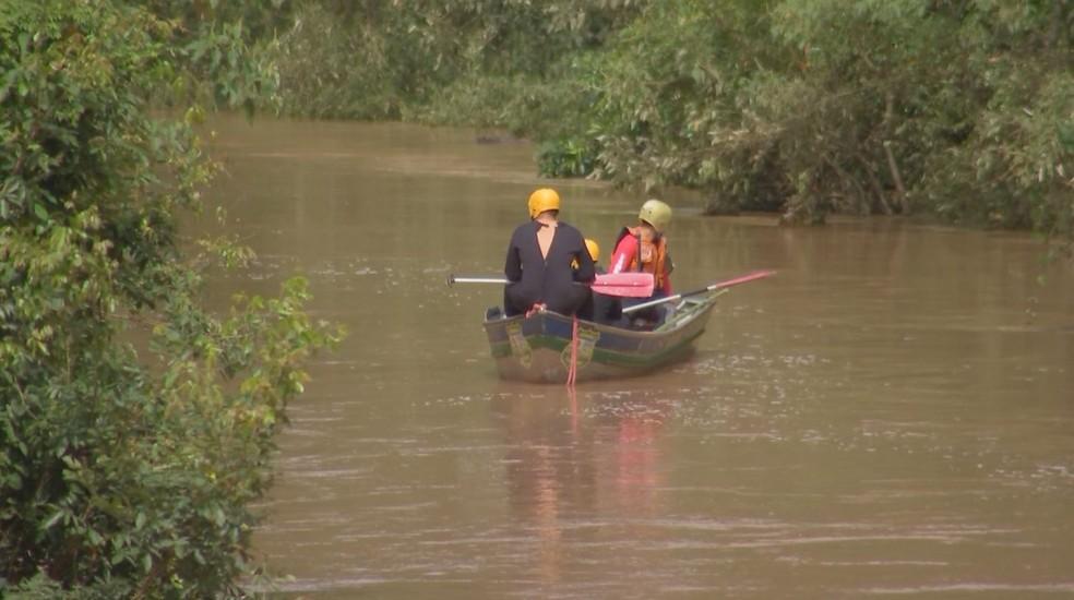 Bombeiros fizeram buscas em rio de Angatuba (SP) — Foto: Reprodução/TV TEM