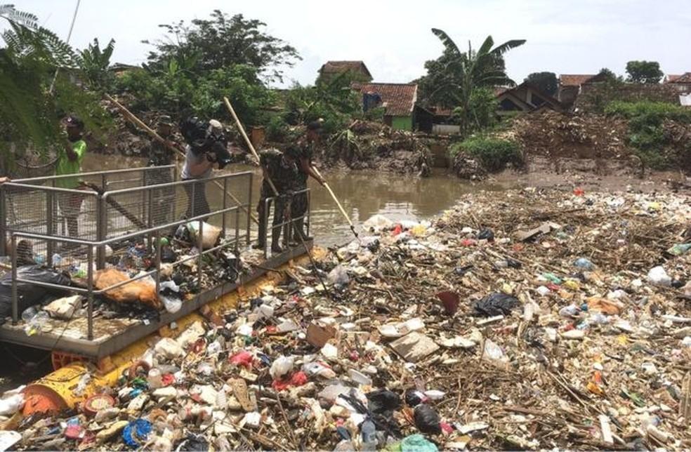 Rio é totalmente encoberto por 'montanha' de lixo em Bandung, na Indonésia (Foto: BBC)