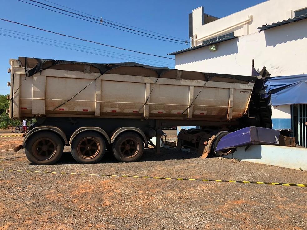 Cabine do caminhão entrou no prédio — Foto: Nova TV/Divulgação