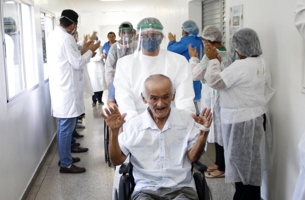 Guedes se diverte com festa após alta médica  — Foto:  Ione Moreno/Semcom