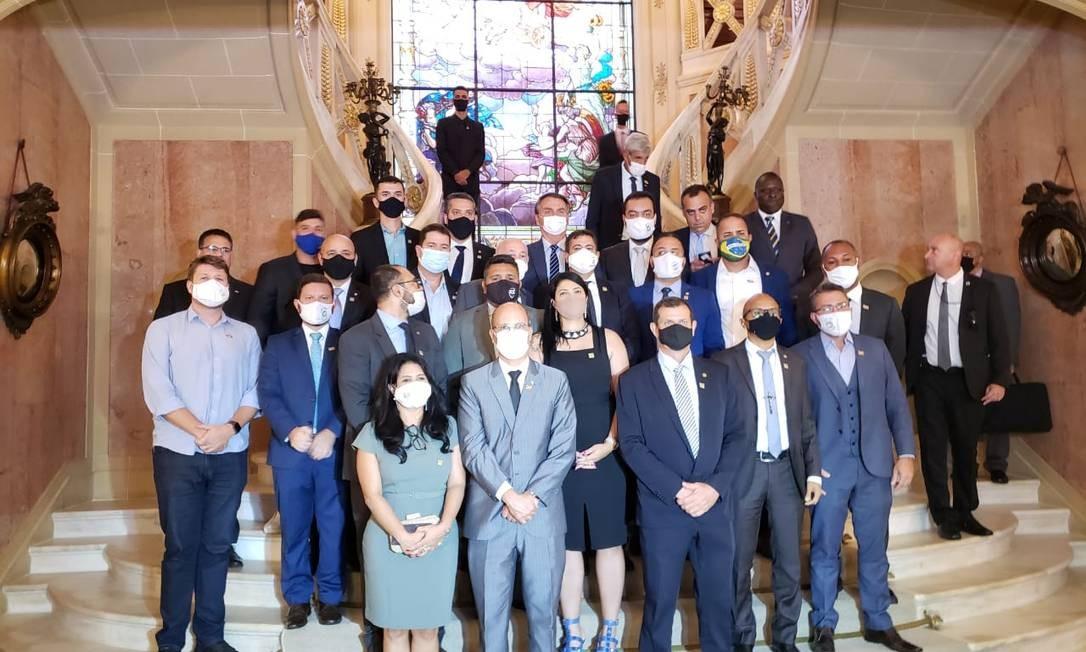 Bolsonaro, ao centro, posou para foto junto aos presentes