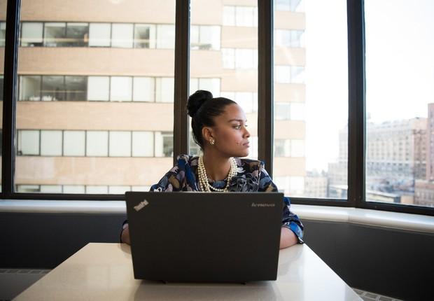 trabalho - mulher - negra - negro - diversidade - carreira - notebook - profissional (Foto: Pexels)