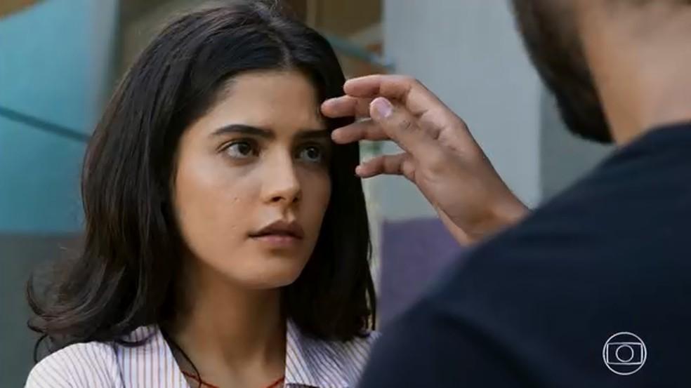 Laila (Julia Dalavia) fica indignada com atitude de Bruno em Órfãos da Terra — Foto: TV GLOBO