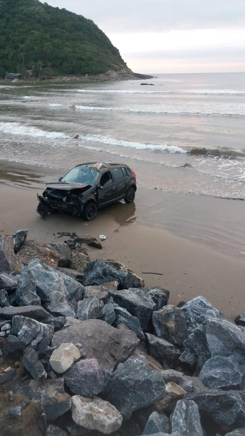 Carro foi encontrado capotado na faixa de areia em Navegantes  — Foto: PM de Navegantes/Divulgação