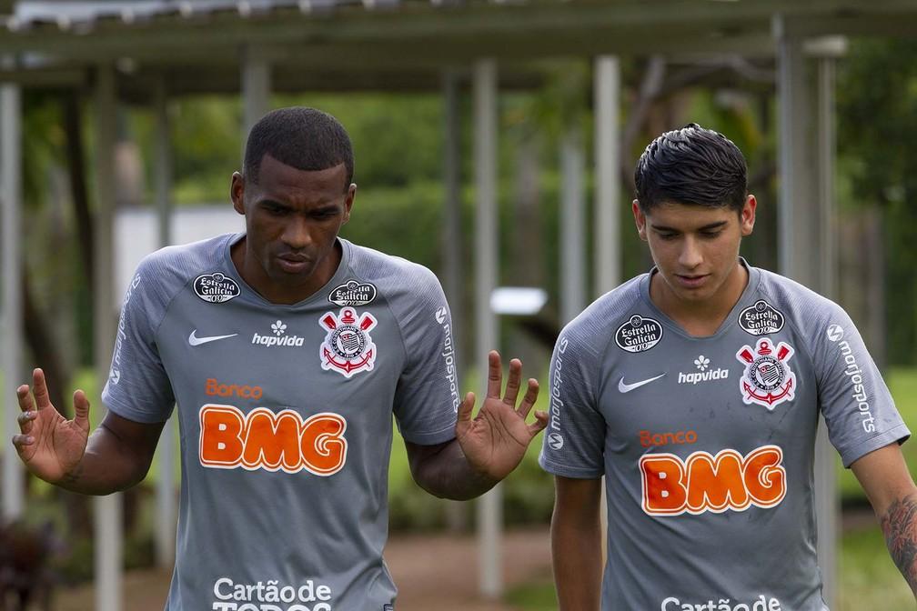 Marllon e Araos no treino do Corinthians — Foto: Daniel Augusto Jr/Ag Corinthians
