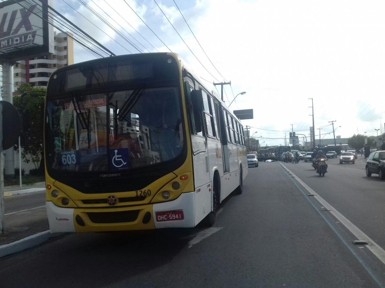 Mulher morre em colisão entre ônibus e moto na Mangabeiras, em Maceió