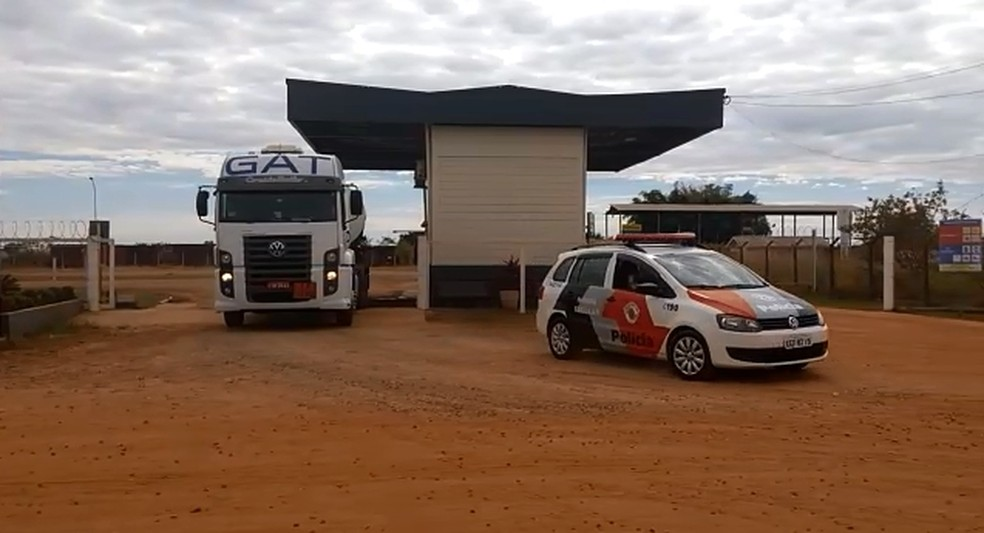 Caminhão deixa central de distribuição de combustível de Araçatuba escoltado pela polícia (Foto: Márcio Zeni/TV TEM)