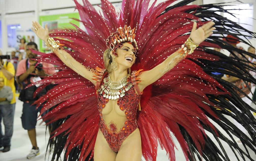 Cantora Lexa, Rainha de bateria da Unidos de Bangu, no setor 1 (Foto: Marcos Serra Lima/G1)