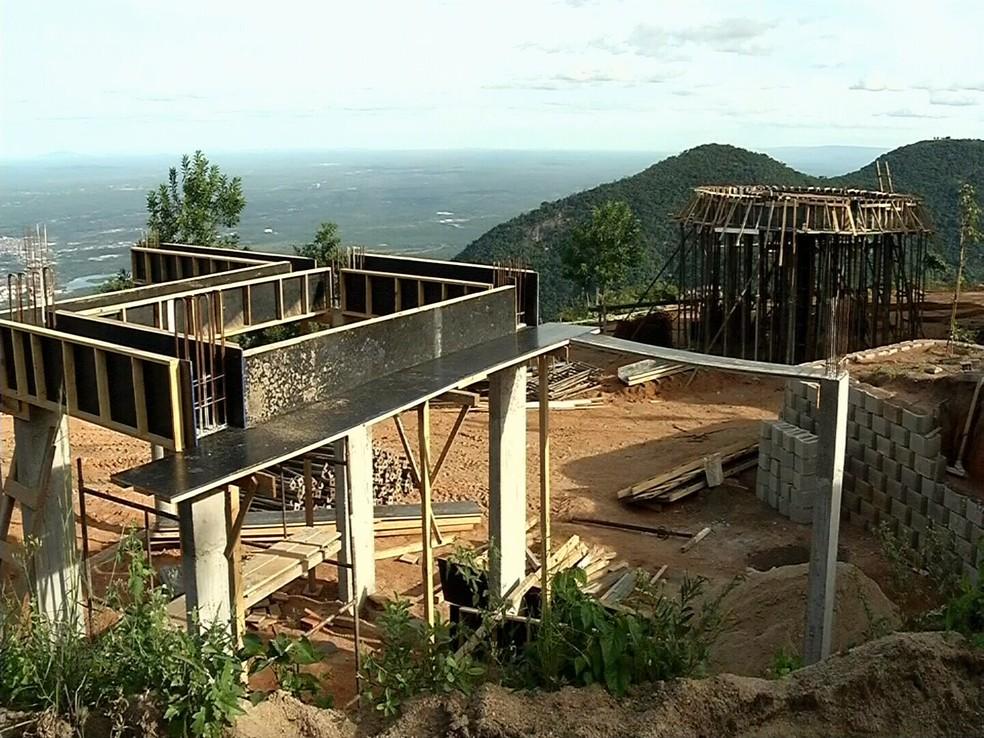 Empresa de Cid Gomes foi multada em mais de R$ 6 milhões por construção irregular em área de preservação (Foto: TV Verdes Mares)