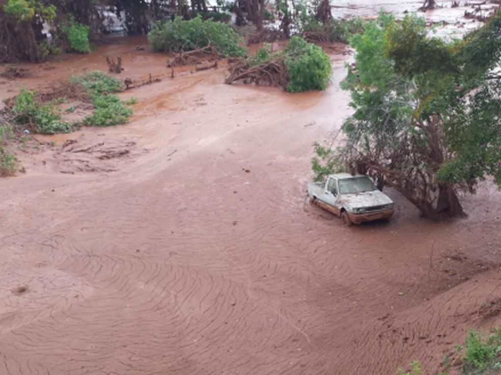 O distrito de Paracatu de Baixo ficou sob a lama após o rompimento da barragem — Foto: Raquel Freitas / G1