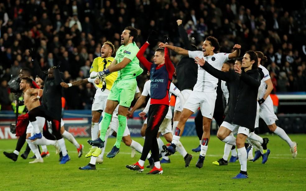Buffon comemora vitória do Paris Saint-Germain sobre o Liverpool ao lado de Neymar, Draxler, Marquinhos e Cavani — Foto: Reuters/Andrew Boyers