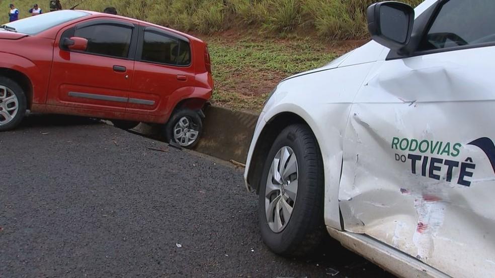 Outro motorista se distraiu com capotamento e provocou outro acidente (Foto: Reprodução/TV TEM)