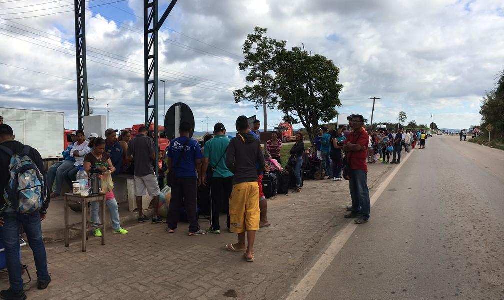 Venezuelanos formam fila na fronteira para entrar no Brasil desde às 4h da madrugada (Foto: Emily Costa/G1 RR)