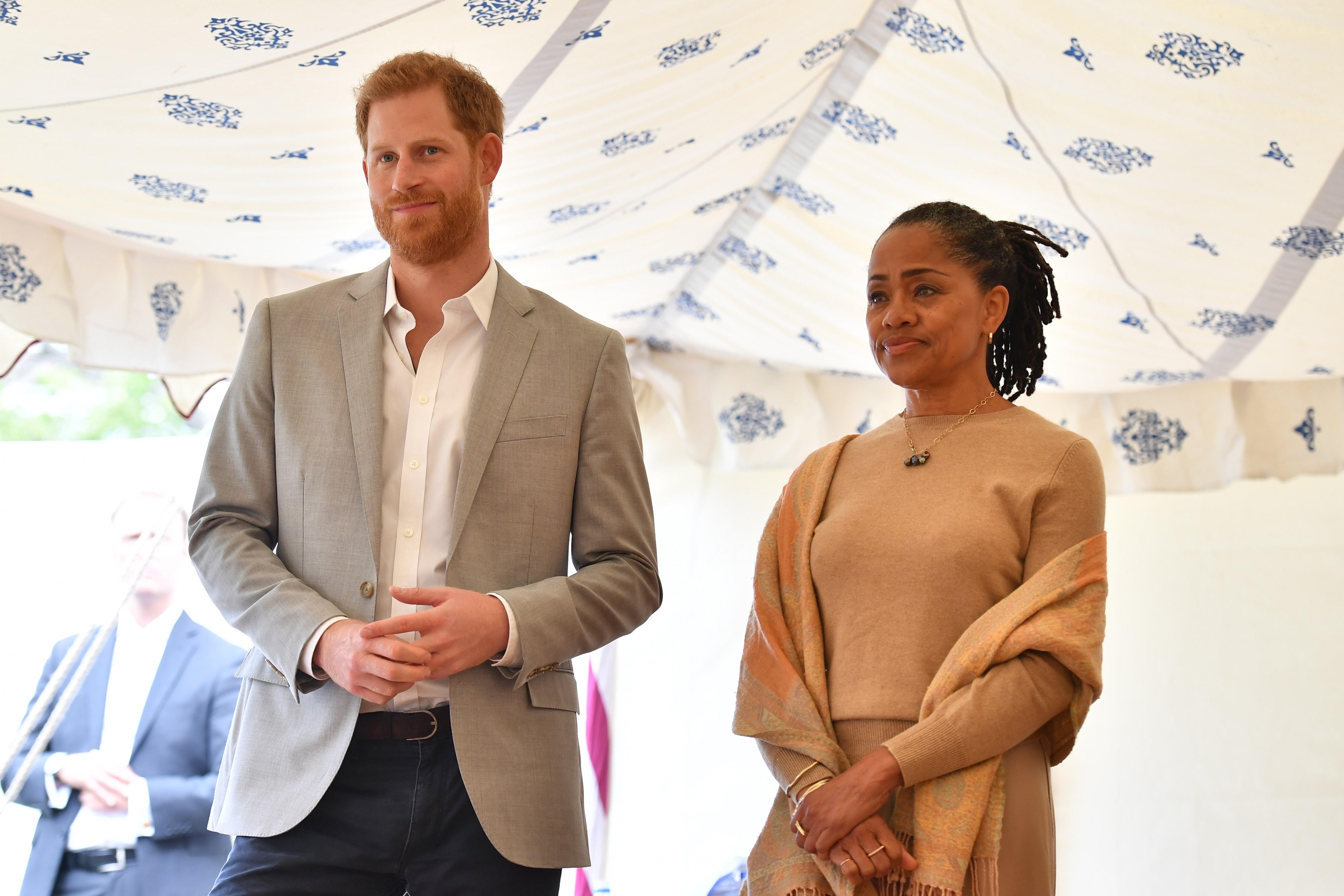 O Príncipe Harry ao lado de Doria Ragland, mãe da atriz e duquesa Meghan Markle (Foto: Getty Images)