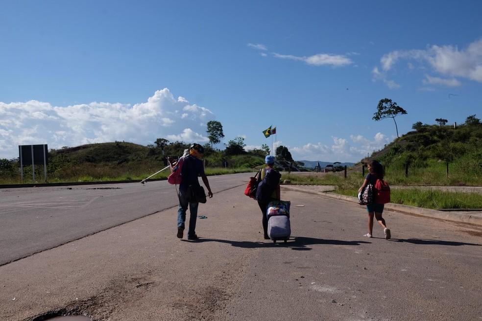 Família de imigrantes venezuelanos deixa Pacaraima, Norte de Roraima, após serem expulsos por brasileiros (Foto: Inaê Brandão/G1 RR)