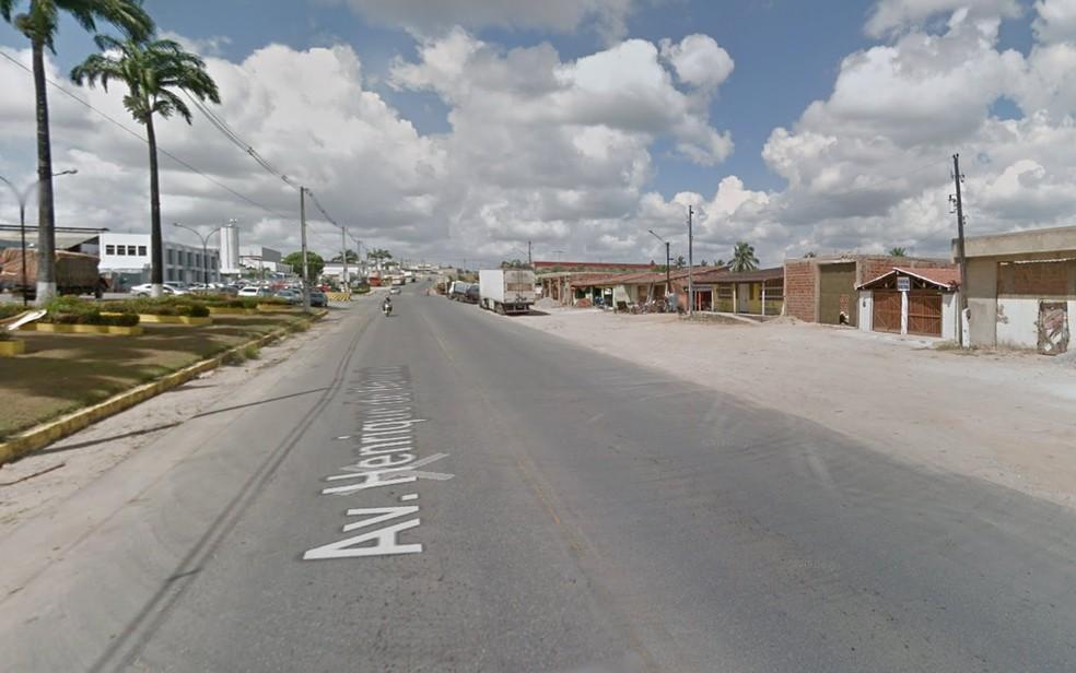 PM reformado foi baleado quando trafegava Avenida Henrique de Holanda, em Vitória de Santo Antão, na Zona da Mata de Pernambuco — Foto: Reprodução/Google Street View