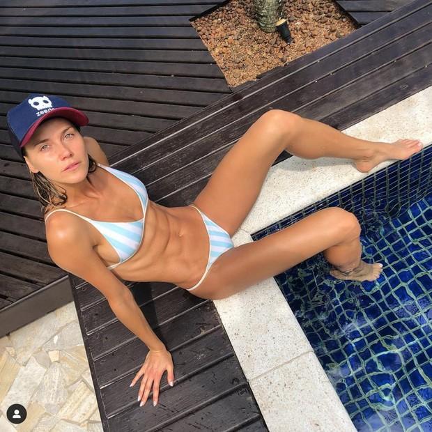 Renata Kuerten exibe barriga  gominhos em dia de piscina  (Foto: Reprodução/Instagram)