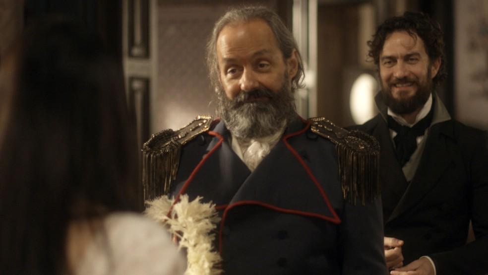 Olinto (Daniel Dantas) se disfarça de comandante português para entrar na casa de Anna (Isabelle Drummond) e Thomas (Gabriel Braga Nunes), em 'Novo Mundo' — Foto: TV Globo