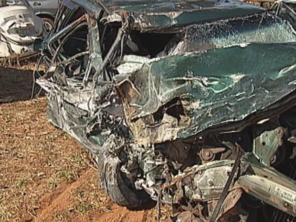 O carro em que estavam as primas ficou totalmente destruído.  — Foto: reprodução/TV Tem