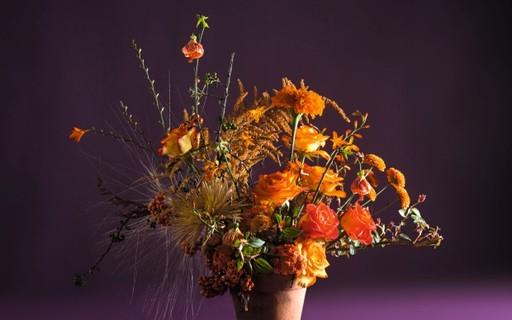 Aposte nos arranjos florais monocromáticos para surpreender