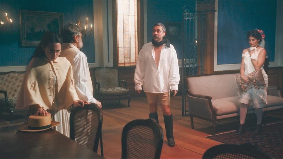 Dolores (Daphne Bozaski) e Eudoro (José Dumont) flagram Tonico (Alexandre Nero) com prostituta 'Nos Tempos do Imperador' — Foto: Globo