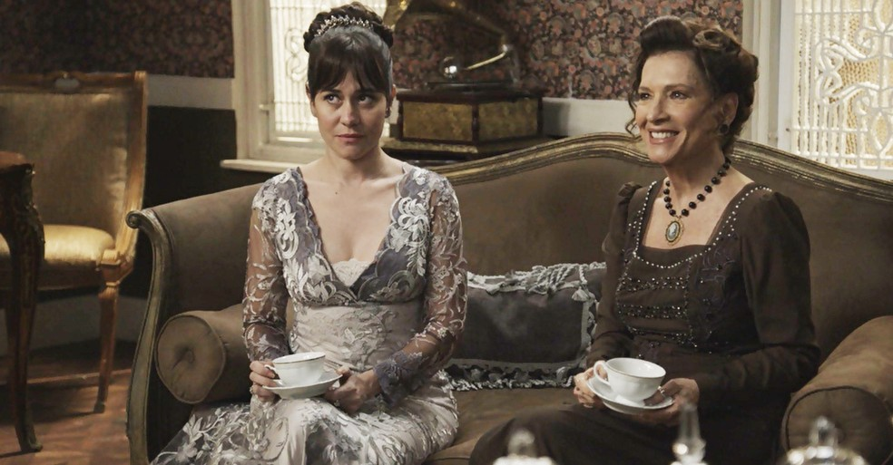 Susana e Lady Margareth ficam radiantes com a presença de Darcy (Foto: TV Globo)