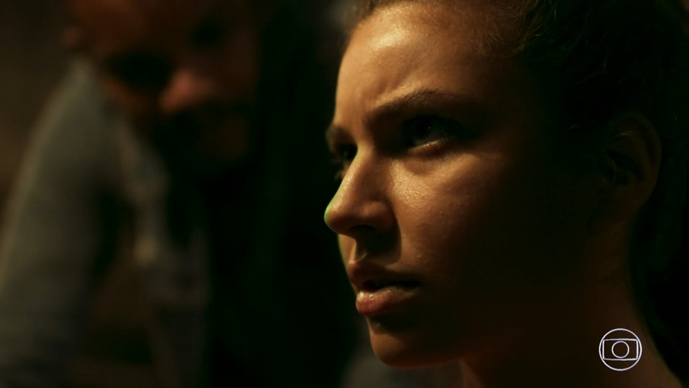 Rita (Alanis Guillen) a princípio se nega, mas acaba sendo obrigada a mandar a mensagem dizendo que viajou com Rui (Romulo Arantes Neto), em 'Malhação - Toda Forma de Amar' — Foto: TV Globo
