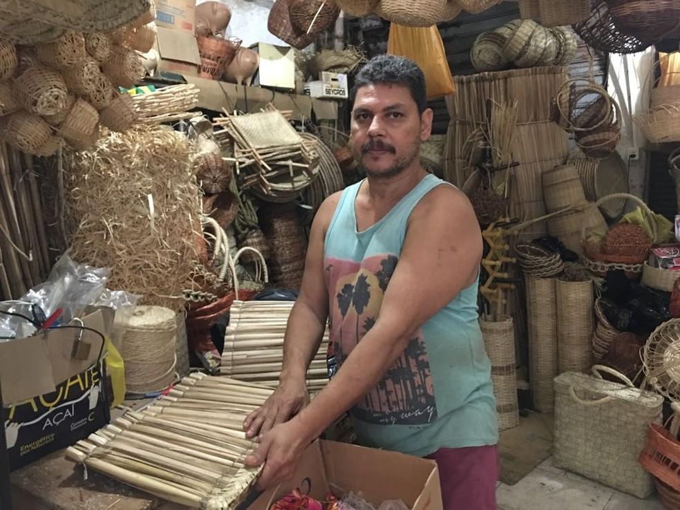 Almir Pita conta que não consegue vender (Foto: Itana Alencar/G1 Bahia)