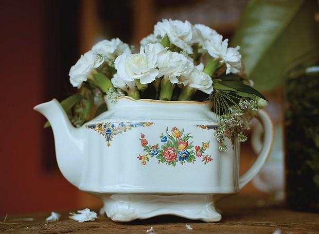 Porcelanas da família podem entrar na decoração, como o bule antigo que virou vaso para flores (Foto: Tati Abreu/Editora Globo)
